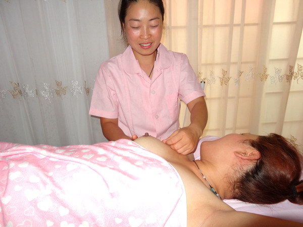 催乳师曹红香在给产妇催乳